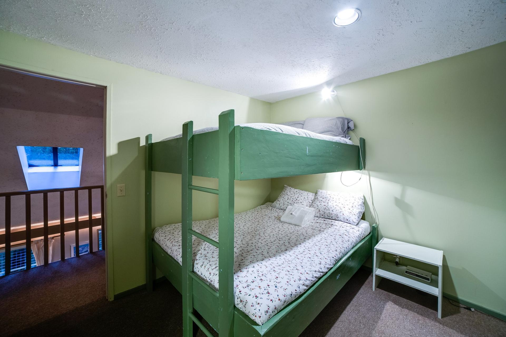 Apartment Mt  Baker Lodging Cabin  55 - HOT TUB  WOOD STOVE  BBQ  SLEEPS 10  photo 3999995