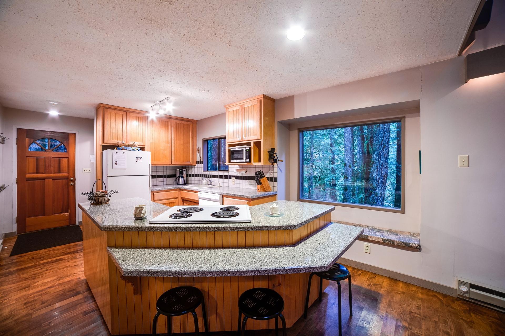 Apartment Mt  Baker Lodging Cabin  55 - HOT TUB  WOOD STOVE  BBQ  SLEEPS 10  photo 3999542